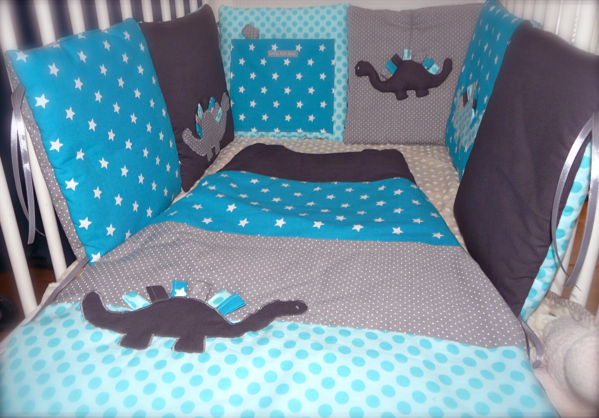 un ensemble dinosaure en bleu canard turquoise et gris little fish shop. Black Bedroom Furniture Sets. Home Design Ideas