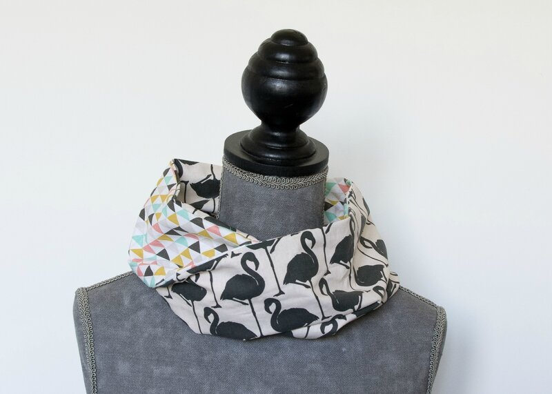 snood printemps été enfant flamant noir et triangles multicolores
