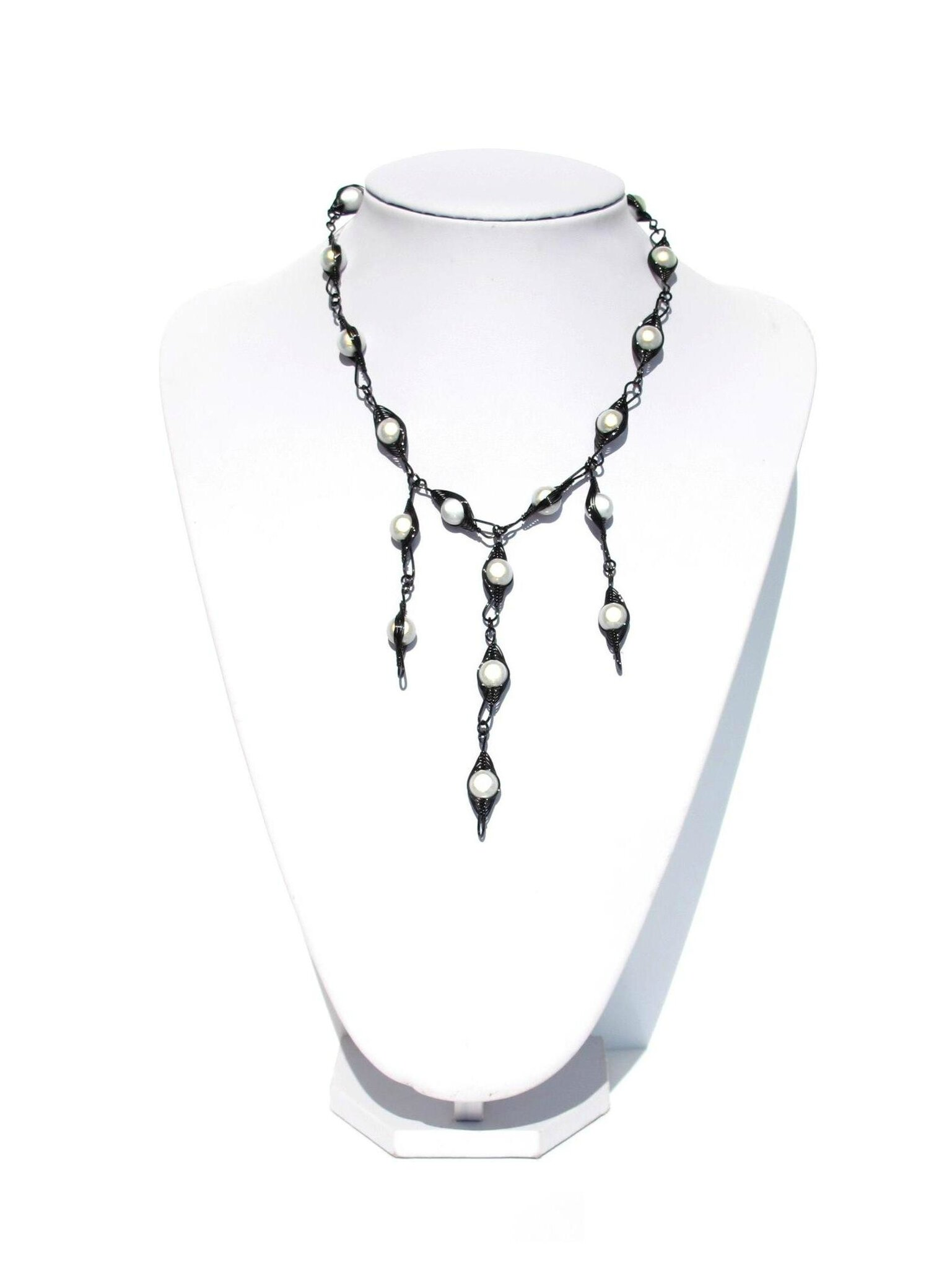 sautoir wire noir perles blanches2
