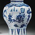 Vase balustre en porcelaine bleu blanc. chine, dynastie ming, xviie siècle