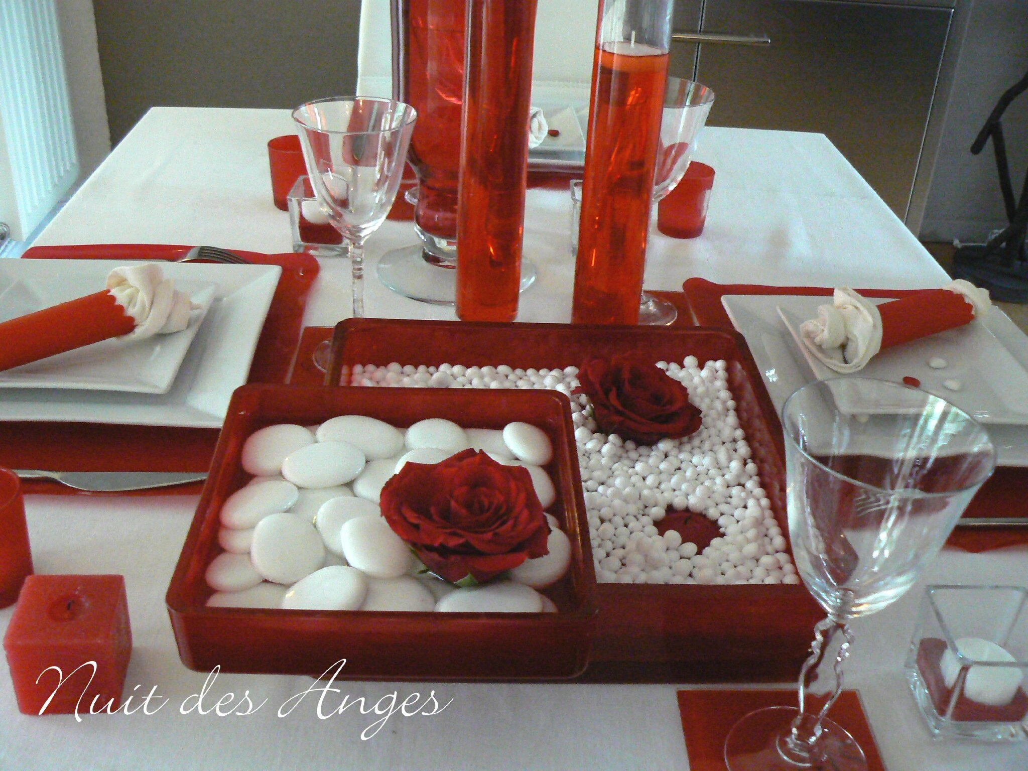 D co de table mariage rouge et blanc for Table noel rouge et blanc