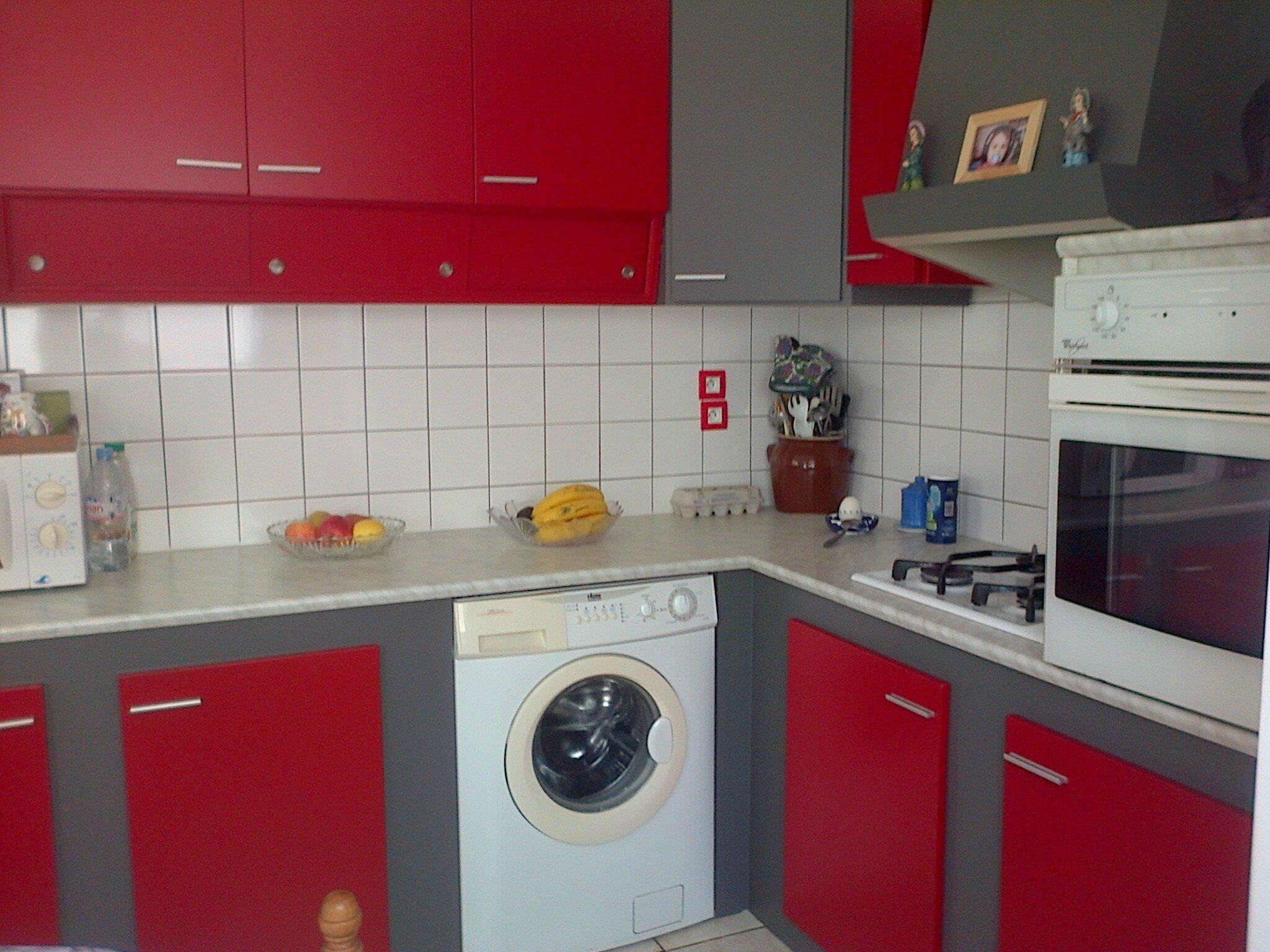 le basalte et le rouge passion donnent un air de neuf a cette cuisine de plus de 30 ans qui. Black Bedroom Furniture Sets. Home Design Ideas
