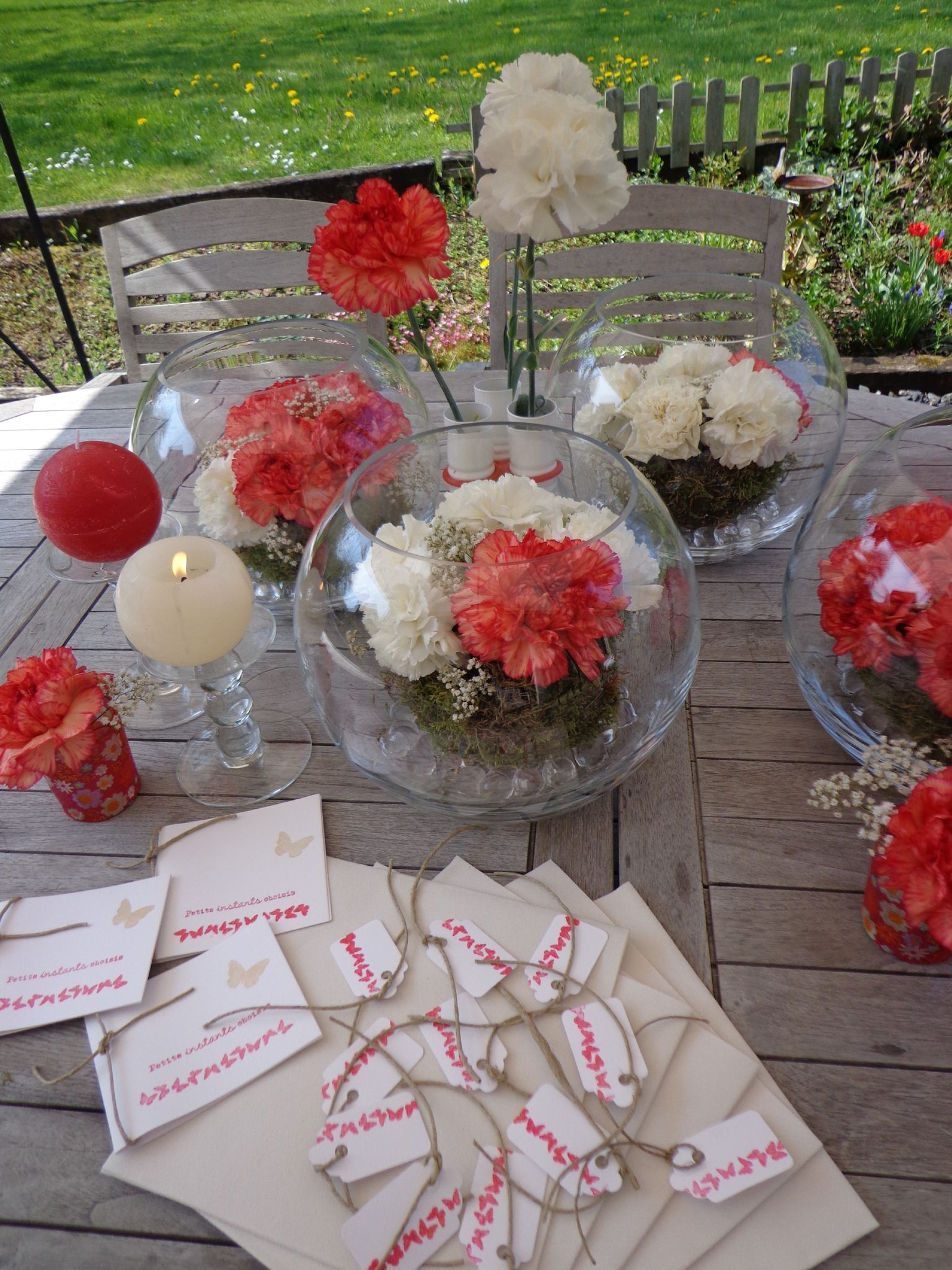 D co de table de communion rouge corail et blanc graines de bonheur - Decoration avec photo ...