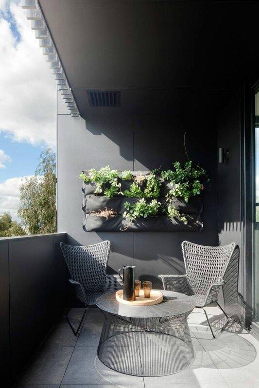aménagement-balcon-deco-gris-jardiniere