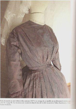 Robe de mariée en soie violette à fins carreaux 1875