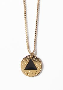 collier_eddie_medaillon_triangle_dore_emaille_noir_01