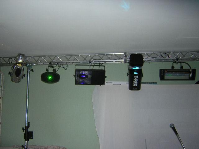 pont de lumi re pen guin lazer lumiere noir scan photo. Black Bedroom Furniture Sets. Home Design Ideas
