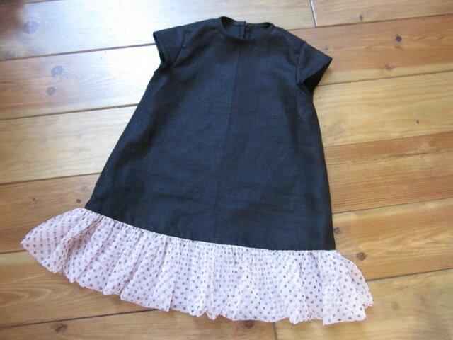 Robe trapèze THERESE en lin noir et ruché de tulle souple rose à pois bruns - Manches très courtes - Fermée par 3 petits boutons recouverts dans le dos (4)