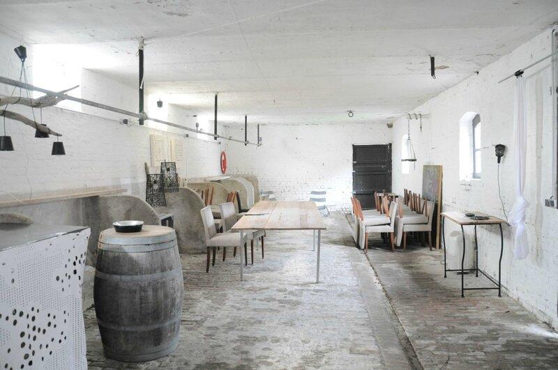 étable murs blancs sol brique