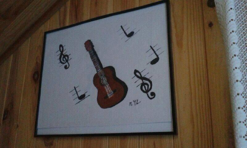 guitare faite par yvonne encadré