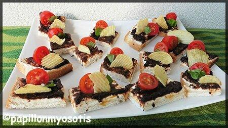 Toasts de fromage frais, olives, tomate et chips croustillante