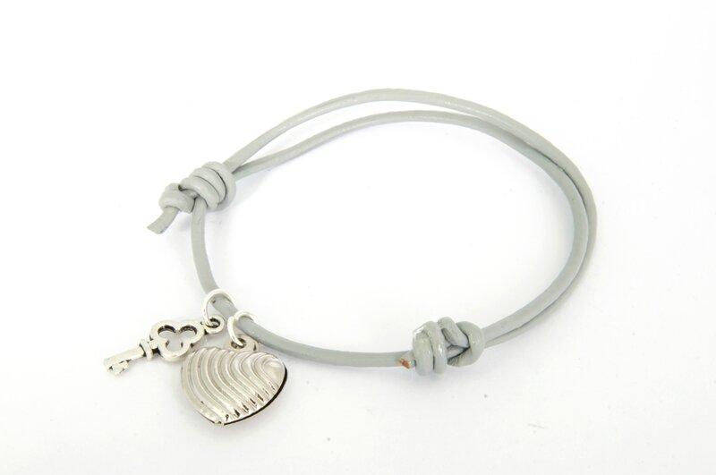bracelet cuir gris breloques