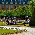 Farniente dans le square Louis XIII, place des Vosges.