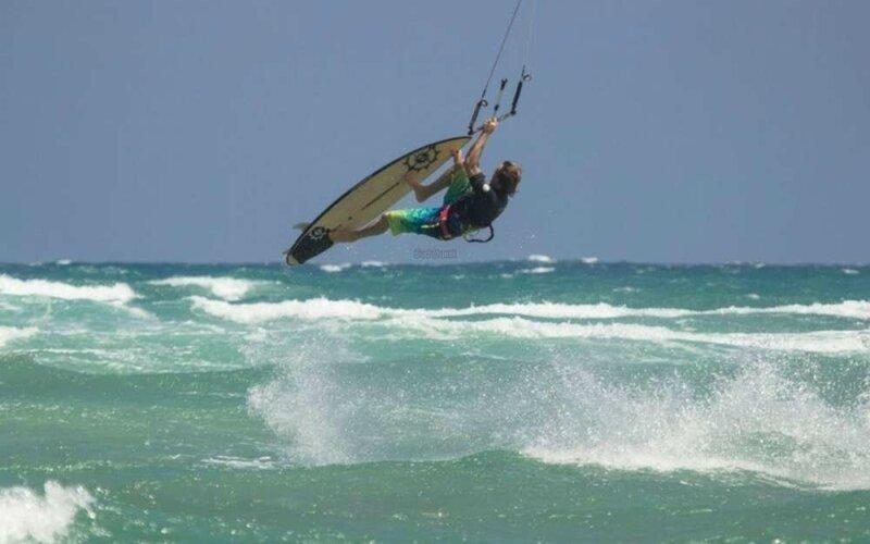 le-kitesurf-vague-est-tres-spectaculaire-et-a-la-salie-le-public-pourra-beneficier-de-la-vue-sur-la-plage-ou-depuis-la-dune