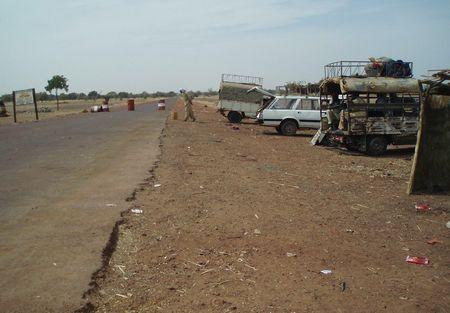 Barrage militaire à l'entrée de la route pour DJENNÉ Mali