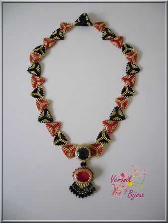 collier_triangles_rouge2