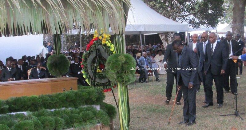 24 Le ministre Etoundi Ngoa, patriarche Etoudi, s'incline devant la dépouilleignage_etoundi