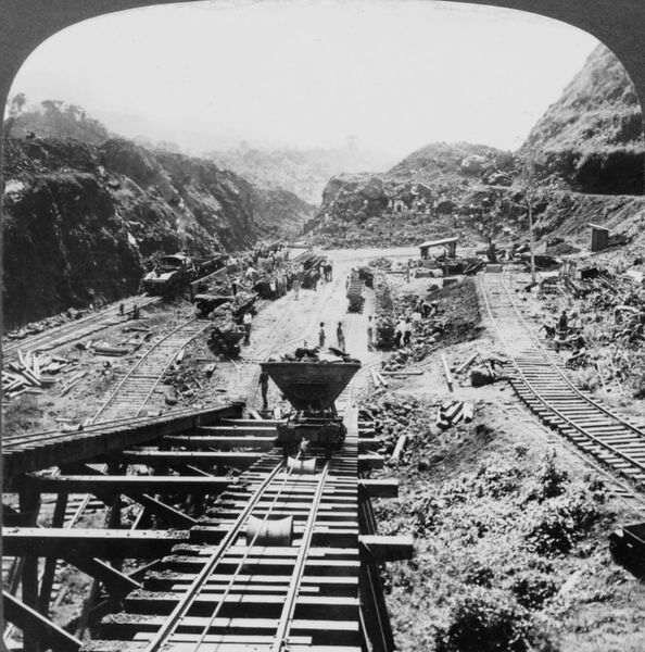 panama_canal_under_construction1907