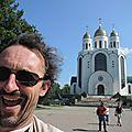 Jénorme pose devant la Cathédrale orthodoxe du Christ-Sauveur, Kaliningrad (Russie)