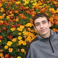 2008 09 18 Cyril devant ses fleurs d'oeillets d'Indes