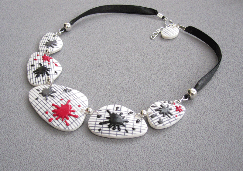 Collier taches rouge, gris, noir