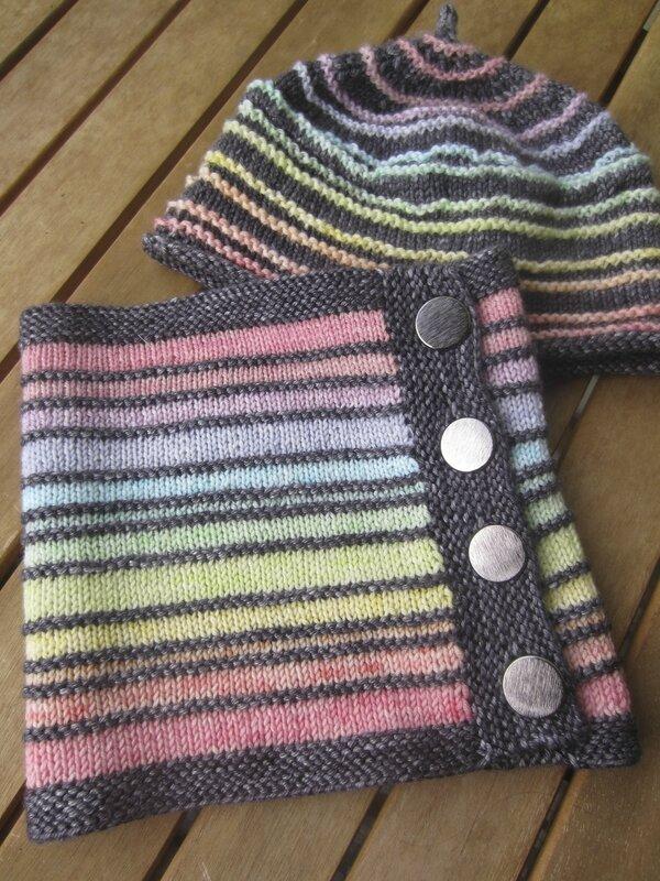 Laine grise : Silky Merino DK de chez The Uncommon Thread, coloris Cobble / Laine de couleur: Merinos 100% de chez Katia coloris écru teint dans ma cuisine ;)