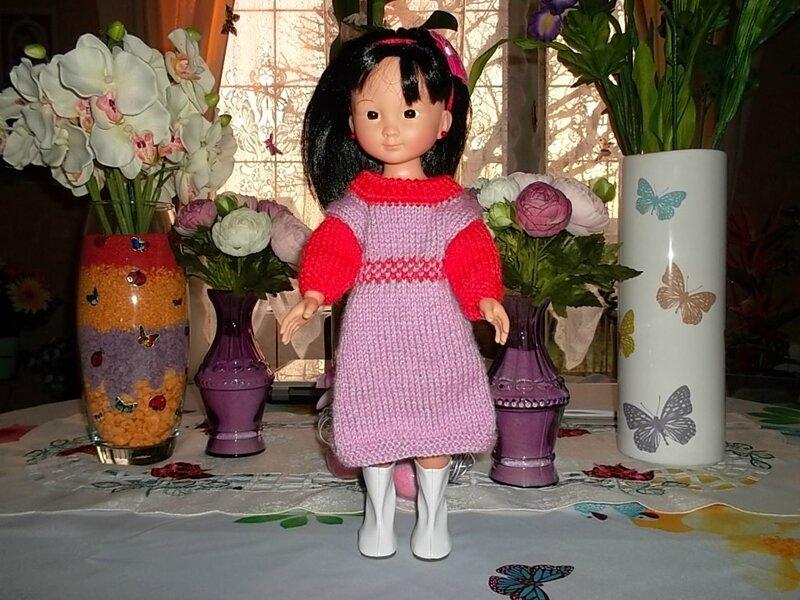 Coraline & sa magnifique robe mauve et rouge ( Marie LN )