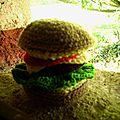 Un hamburger et des napperons