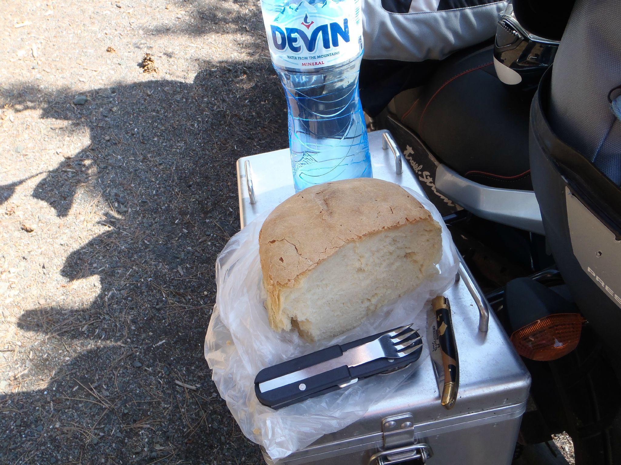 bulgarie - un bonne miche de pain et de l'eau pour un dejeuner