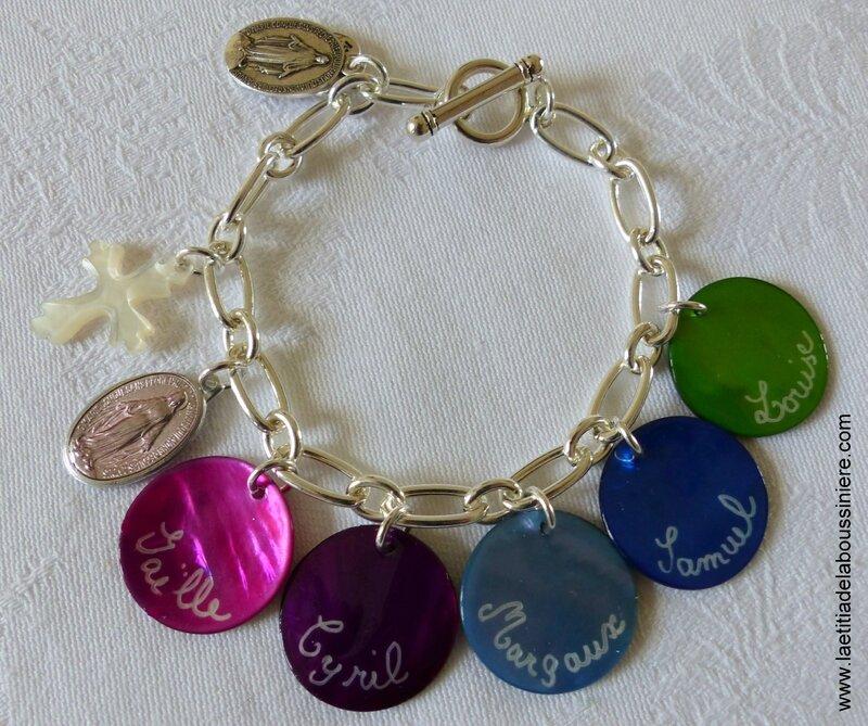 Bracelet sur chaîne métal ronde ovale 5 médailles en nacre gravées, médaille miraculeuse rose et Croix en nacre de Jérusalem