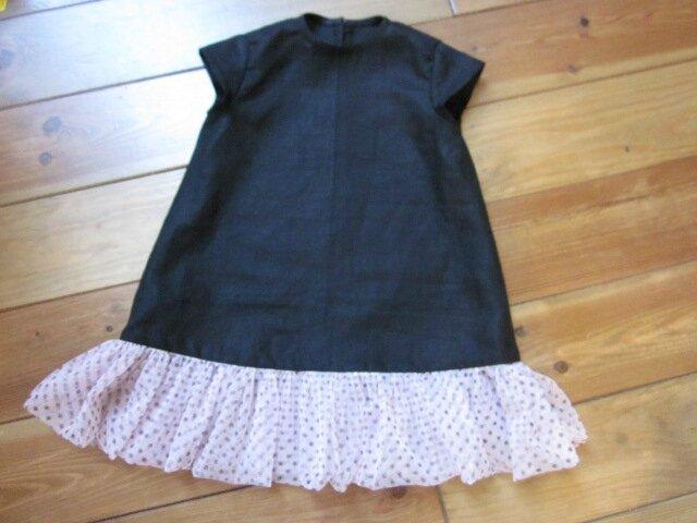 Robe trapèze THERESE en lin noir et ruché de tulle souple rose à pois bruns - Manches très courtes - Fermée par 3 petits boutons recouverts dans le dos (5)