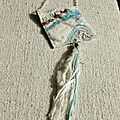 Collier textile à pompon sur chaine carré blanc et bleu