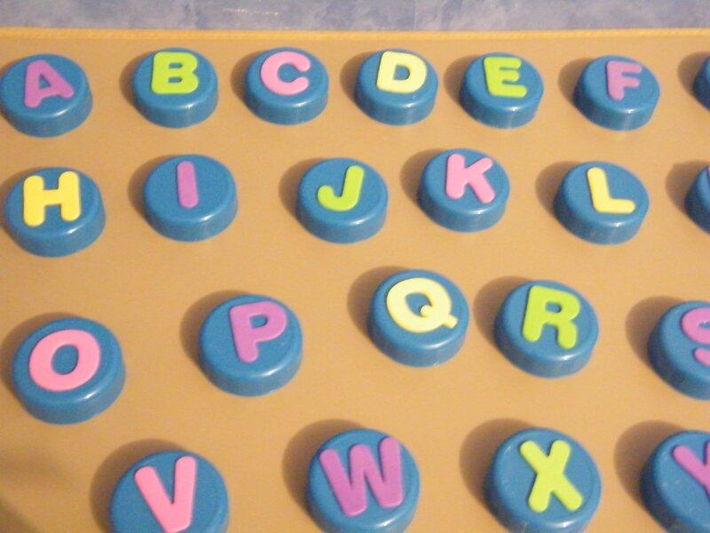 alphabet avec des bouchons en plastique la yourte youta. Black Bedroom Furniture Sets. Home Design Ideas