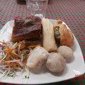 Lechon con tamales, patatas dolces y recoto