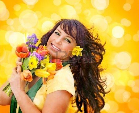 15413303_fille_gaie_avec_un_bouquet_de_fleurs_colorees