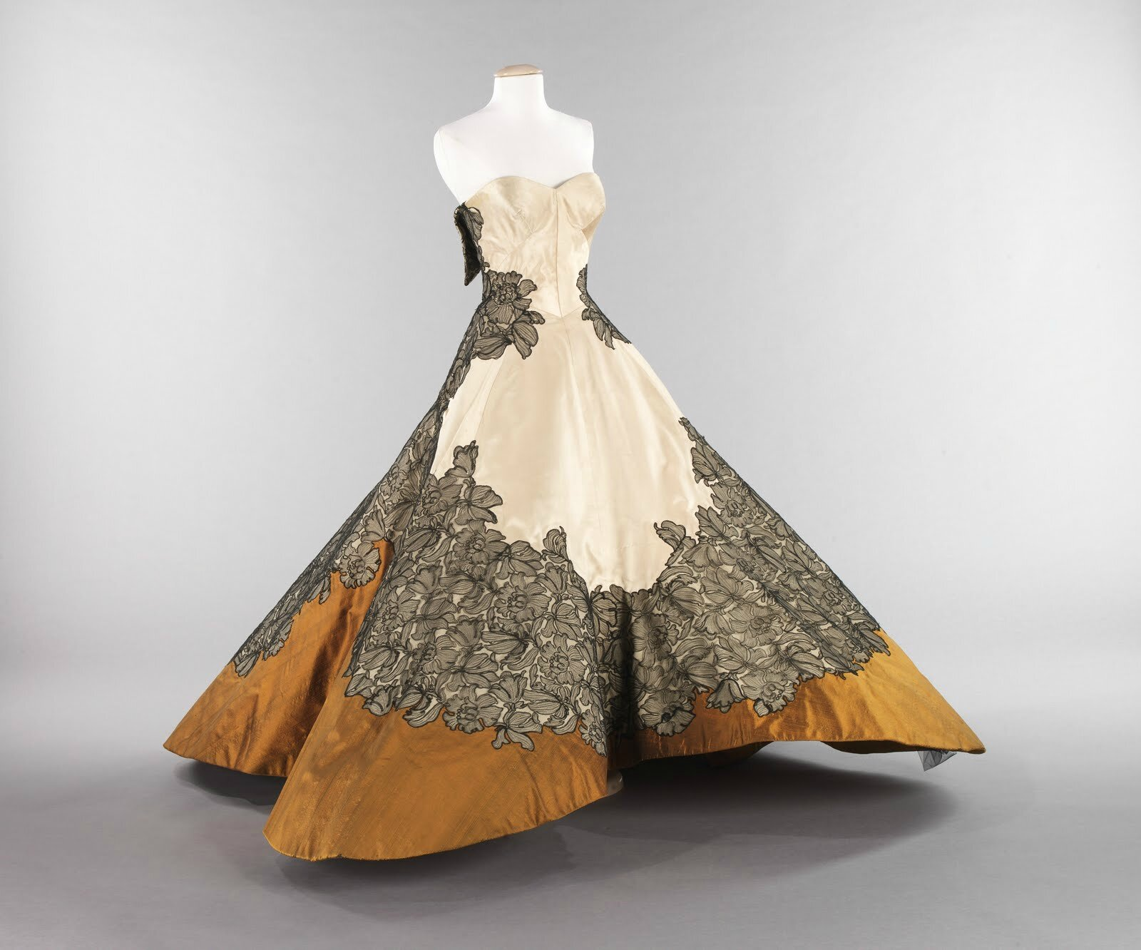Fashion's evolution showcased in exhibition at the Cincinnati Art Museum