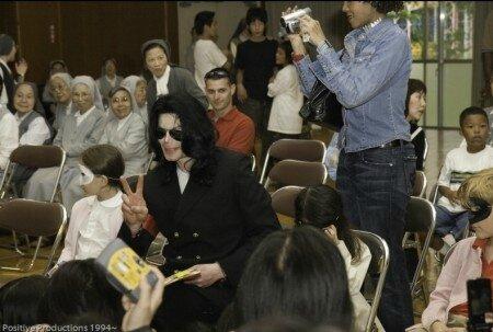 michael-jackson-visits-seibi-gakuen-childrens-home-in-tokyo-japan(261)-m-8