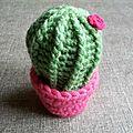 Cactus vert moyen en pot rose #cpm0000140