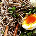 Soba froides aux asperges vertes, pte de ssame noir et oeuf mollet