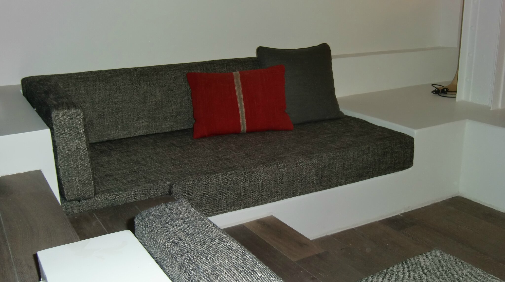 rideaux banquettes caches sommiers grosse installation. Black Bedroom Furniture Sets. Home Design Ideas