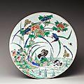 Chine. plat rond en porcelaine à décor polychrome de la famille verte, époque kangxi (1662-1722)