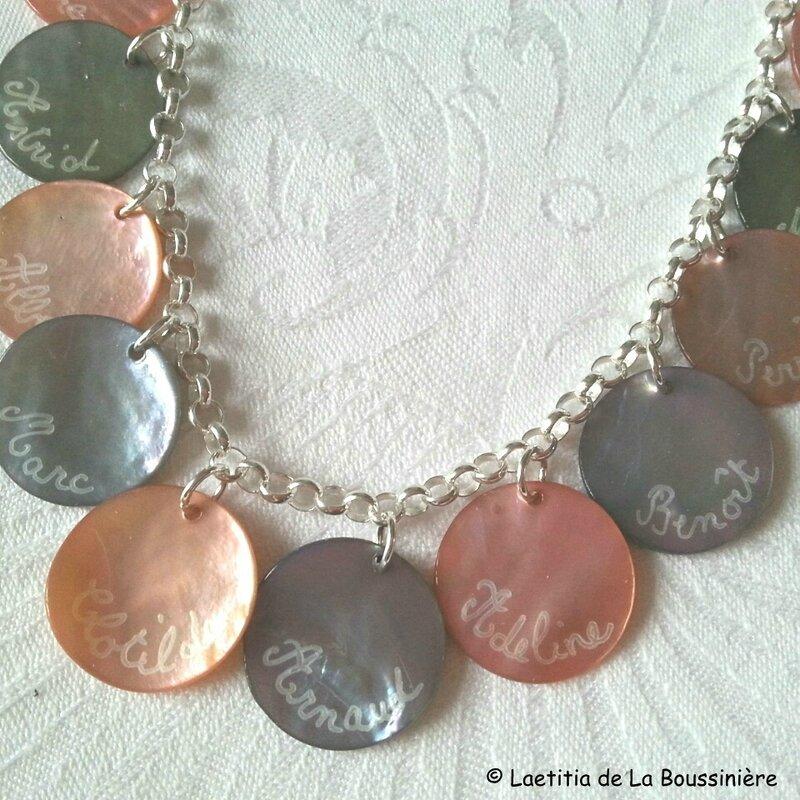 Collier de médailles rose clair et anthracite gravées