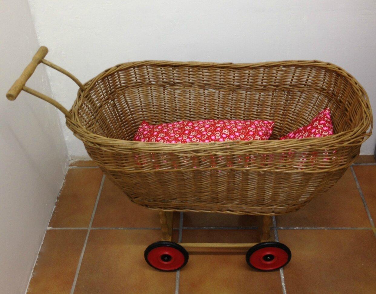 lit de poup e en osier sur roulettes rouges la petite. Black Bedroom Furniture Sets. Home Design Ideas