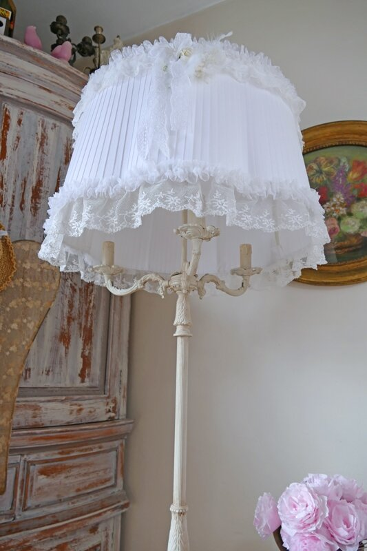 Lampadaire shabby chic perle de lumi res cr ation d for Lampe style shabby chic