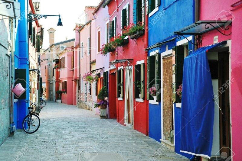 23320868-B-timents-color-s-Burano-rue-de-l-le-dans-la-lagune-de-Venise-en-Italie-Banque-d'images