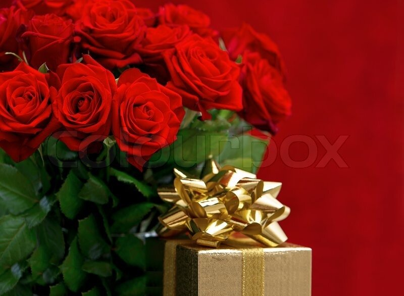 5090967_red_roses_and_golden_gift_box