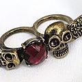 Bague 2 Doigts Tête de Mort Perle Rouge Grenat Métal Couleur Bronze