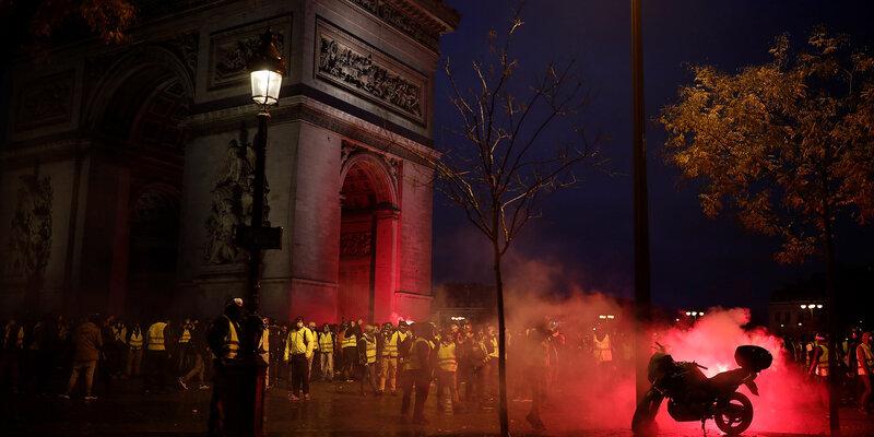 Gilets-jaunes-une-3e-journee-de-manifestations-marquee-par-les-violences-et-le-chaos