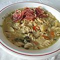 One pot aux légumes et aux pâtes avec des copeaux de jambon séché