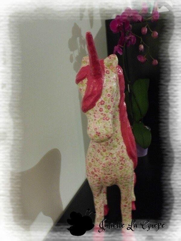 Licorne rose et fleurs1